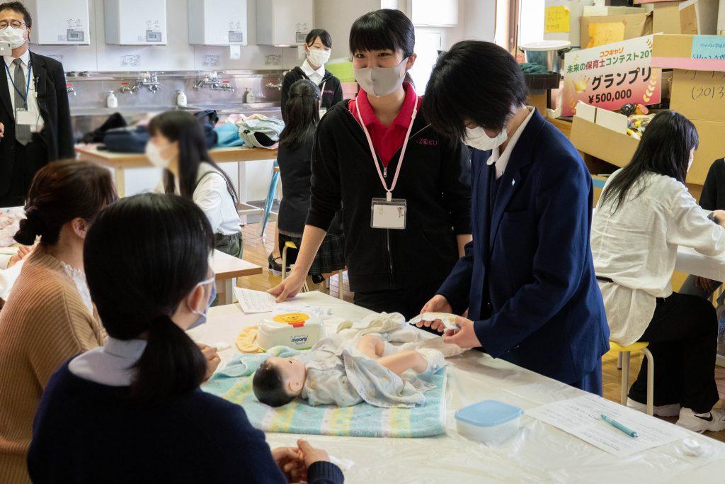 体験授業「赤ちゃんのお世話」